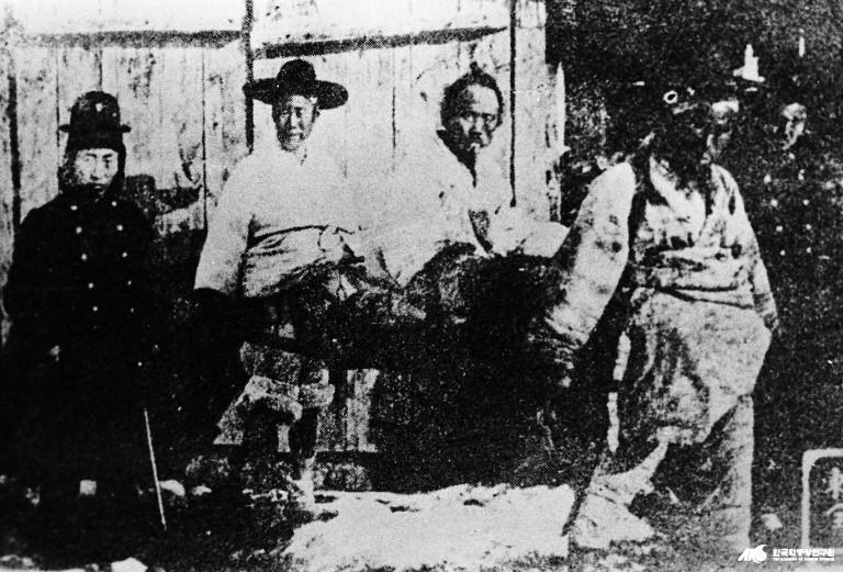 호송되는 전봉준의 모습(좌측에서 세 번째)