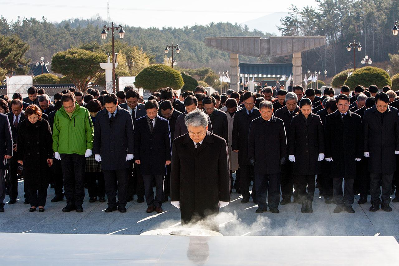 11일(일) 국민의당 김동철 비대위원장 및 국민의당 국회의원,시·구의원, 당직자, 당원 100여명이 국립5.18민주묘지를 참배하였다.