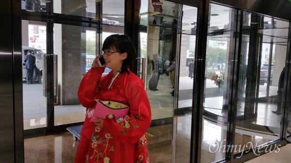 한복을 입은 안내원 최경미. 스마트폰과 세련된 머리 스타일을 보면서 북한이 많이 변했음을 감지할 수 있다.