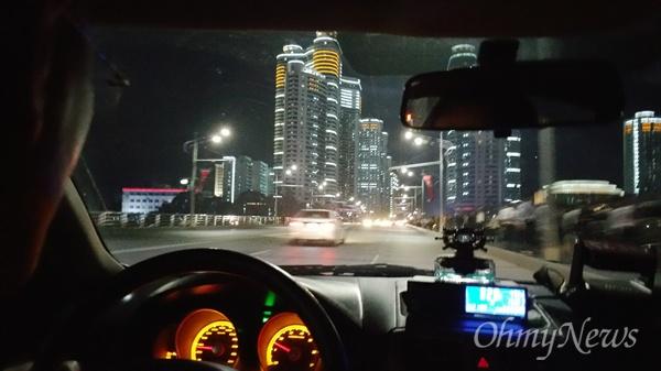 택시 안에서 바라 본 평양의 밤거리.