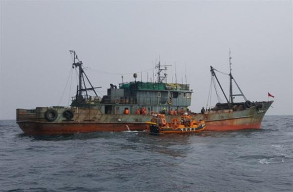해양경비안전본부 기동단이 지난 11월 6일 고무단정을 타고 출동해 서해5도 해역에서 불법조업 중인 중국어선을 단속하고 있다.