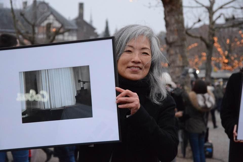 """네덜란드 암스테르담에서 진행된 """"박근혜 퇴진을 위한 재 네덜란드 시국집회"""" 양승미씨와 작품 모습"""