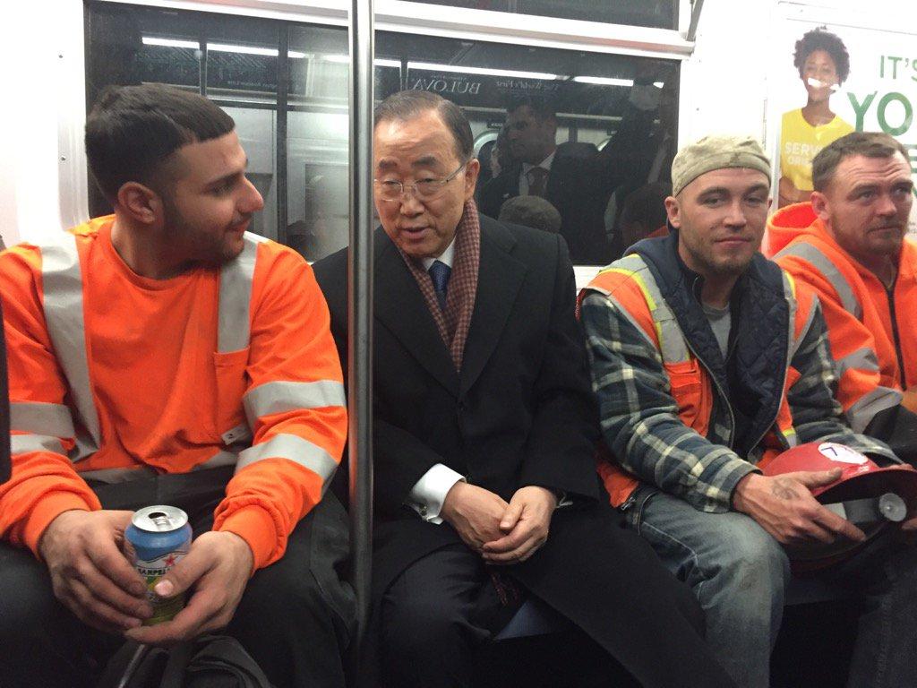 13일(현지시간) 오후 뉴욕 지하철에 탑승한 반기문 UN 사무총장.