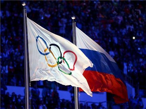 올림픽기와 러시아 국기 사진