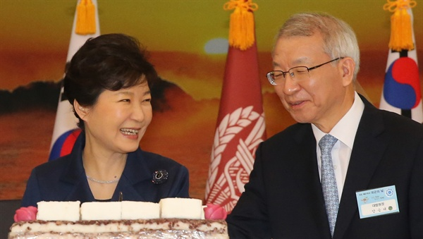 지난해 10월 1일 박근혜 대통령과 양승태 대법원장이 계룡대에서 열린 건군 제67주년 경축연에서 대화하고 있다.