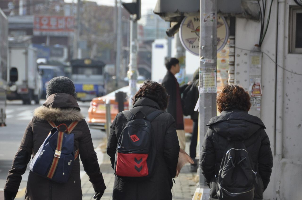 광운대 청소노동자들이 연대 장소로 가고 있다.
