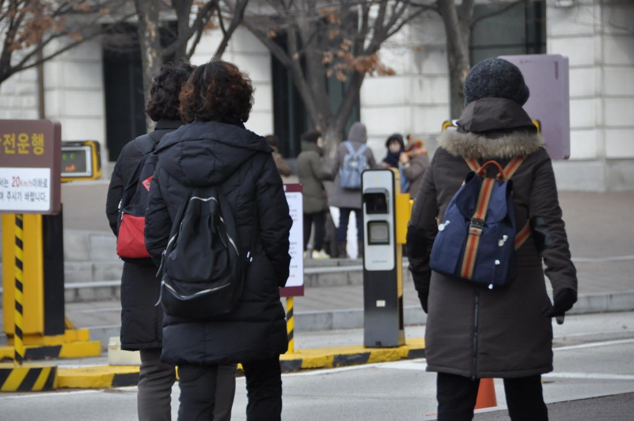 광운대 청소노동자들이 고려대 백주년기념 삼성관으로 걸어가고 있다.