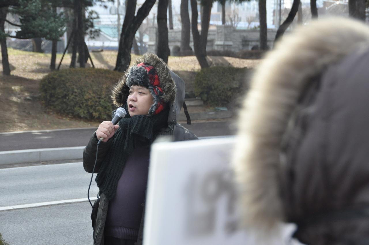 민주노총 서경지부 박현수 조직차장이 이야기를 하고 있다.