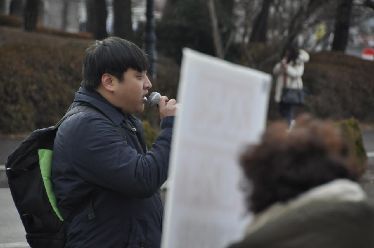 민주노총 서경지부 김병연 조직차장이 이야기를 하고 있다.