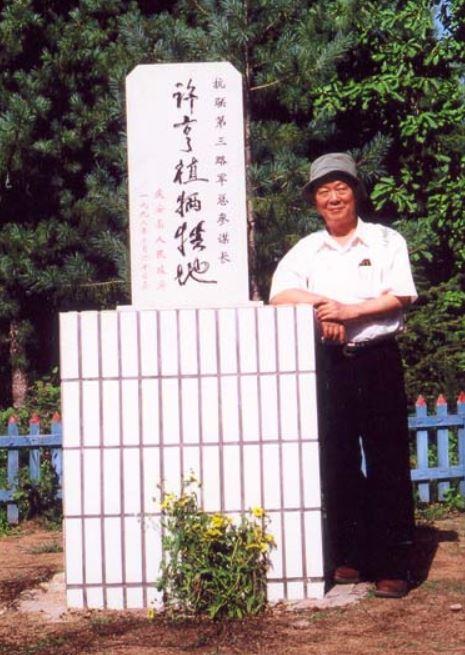 2000년 여름 허형식 장군 희생지 기념비를 찾아 들꽃을 바친 후 기념 촬영한 박도 선생