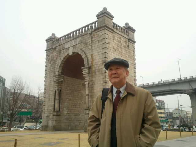서울 서대문구 독립문 네거리에 있는 독립문을 배경으로 선 박도 선생 (2013년, 필자 촬영)