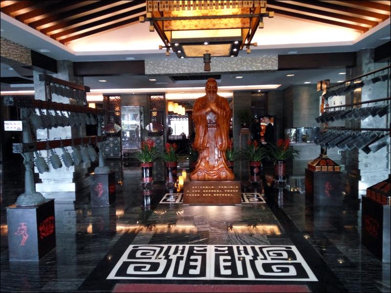 세계 공자학당을 관리하는 중국 곡부시 공자연구소에 있는 공자 동상