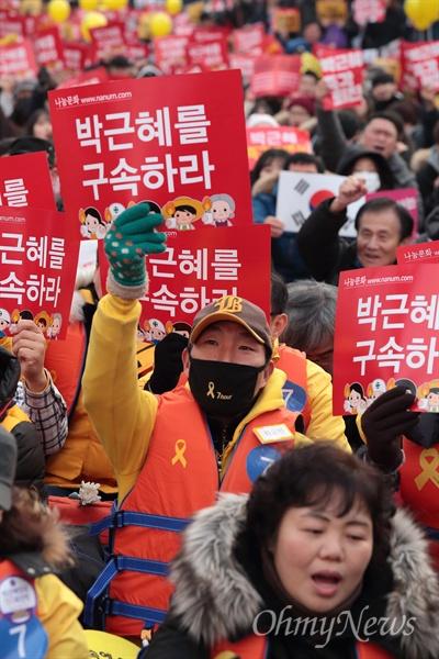 박근혜 즉각퇴진 8번째 촛불집회 17일 오후 광화문광장에서 열린 '박근혜 즉각퇴진 공범처벌, 적폐청산의 날 - 8차 촛불집회'에 참석한 시민들이 '박근혜 탄핵' '박근혜 구속'을 촉구하고 있다.