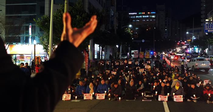 여수시민 촛불집회 8차 시민대회가 17일 오후 5시부터 여수정보고 사거리에서 열렸다. 시민자유발언을 경청하고 있다.