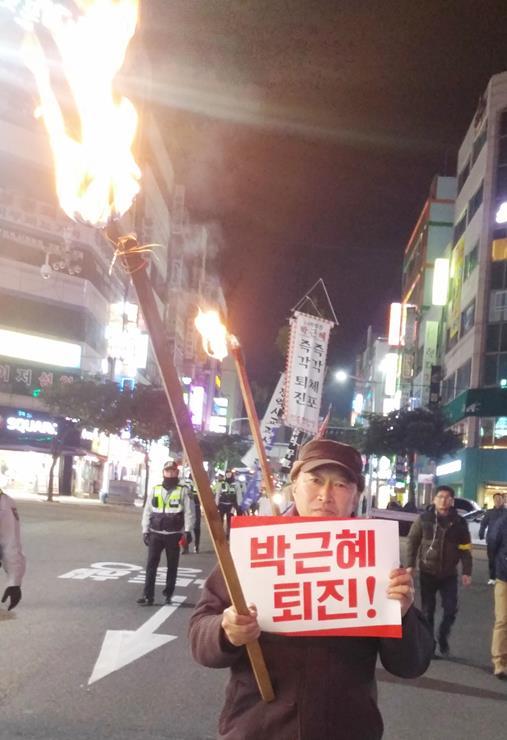 선두에서 횃불을 들고 있는 중학교 교사 김동우(56)씨
