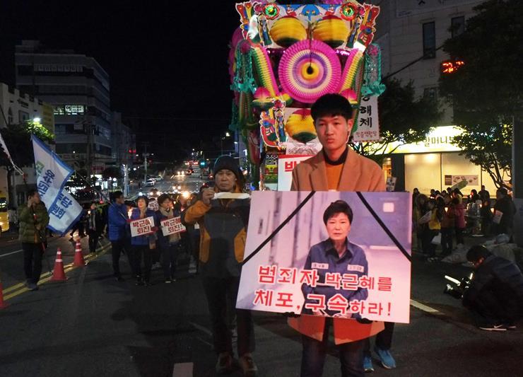 상여가 등장한 17일 여수집회에서 상여와 함께 거리행진을 하고 있다.