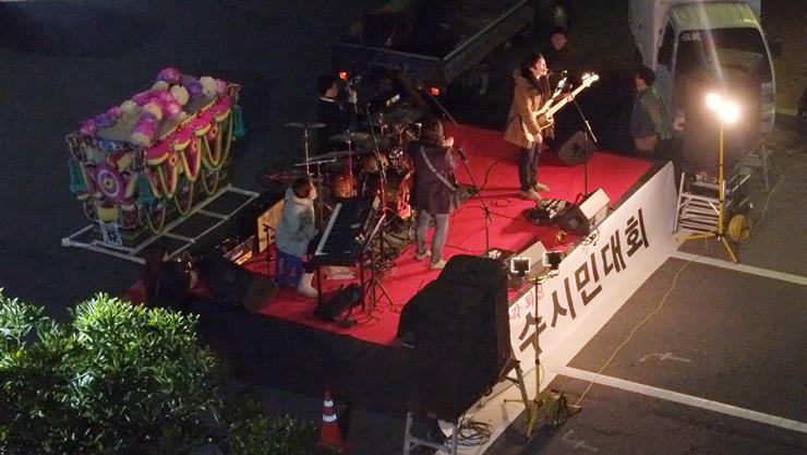 18년째 여수에서 활동하는 '해인밴드'의 공연무대 뒤에 상여가 보인다.
