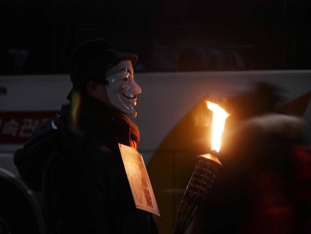 촛불집회에 나타난 가이포크스 한 시민이 가이포크스 가면을 쓰고 시위를 하고있다