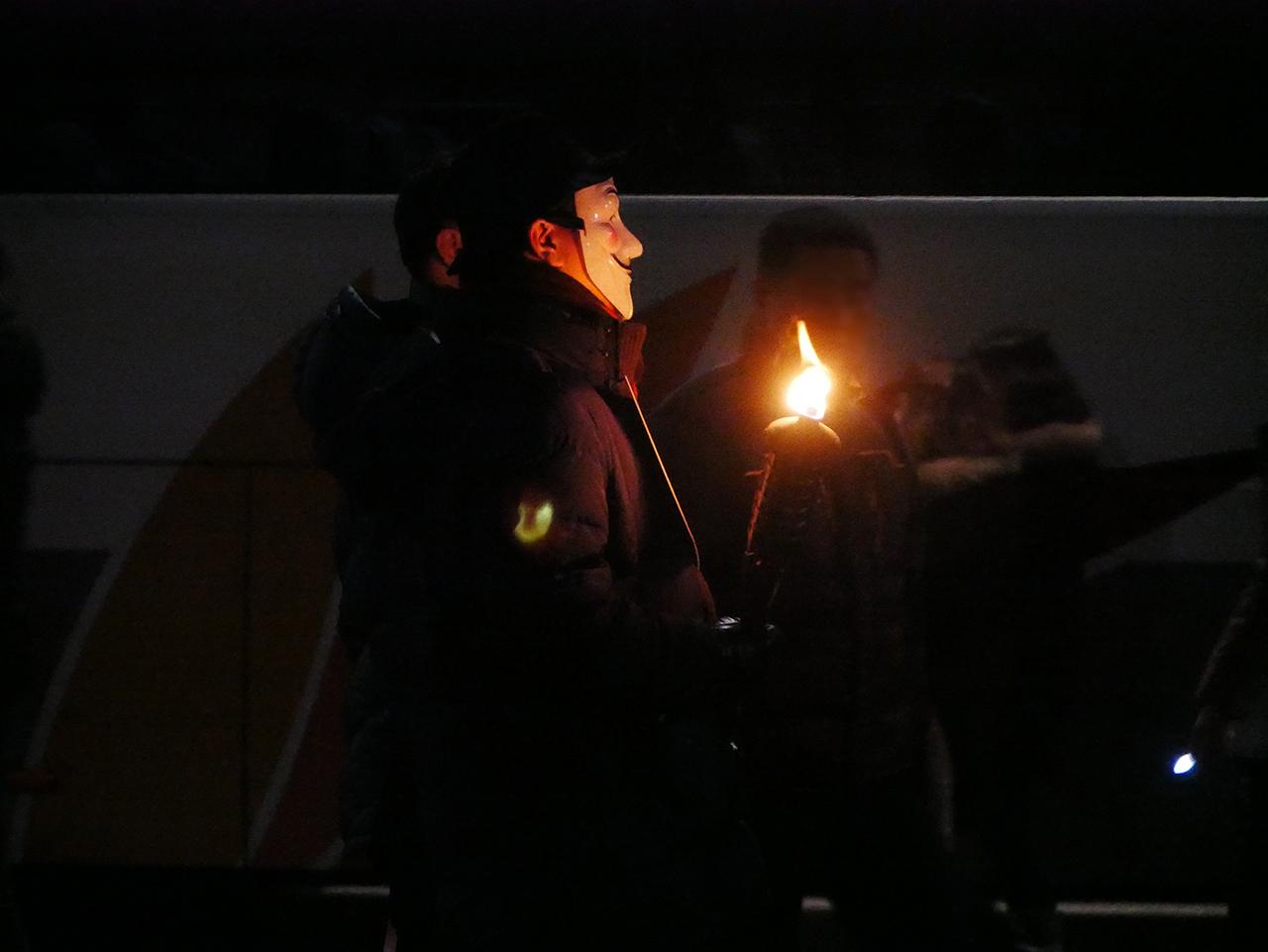 광화문에 나타난 가이포크스 한 시민이 가이포크스 가면을 쓰고 시위를 하고있다