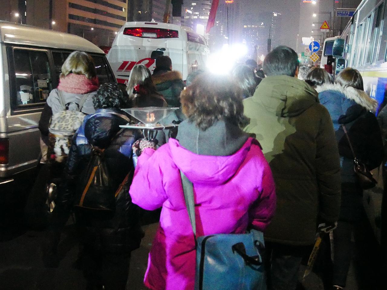 홀로그램으로 나타난 촛불 한 시민이 홀로그램을 이용해 촛불을 들고있다