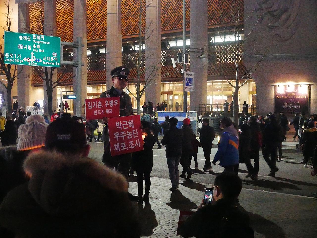 광화문에 나타난 국군 장교 한 시민이 국군 장교복을 입고 시위를 하고있다