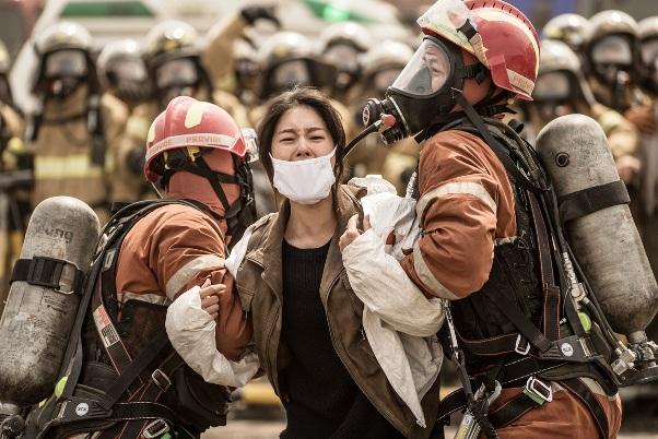 한국의 역사. 국가적 위기가 닥쳤을 때, 이를 극복하고자 발버둥친 건 정치인이나 관료가 아닌 평범한 시민들이었다.