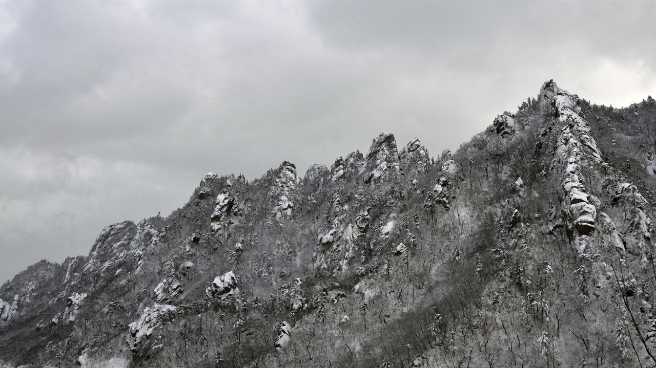 칠형제봉 흘림7교에 비교적 넓은 자리가 있어 이곳에 차를 주차하고 촬영할 수 있다. 이 장소를 잘 기억해두면 계절이 바뀔 때마다 전혀 다른 멋진 풍경사진을 촬영할 수 있다.