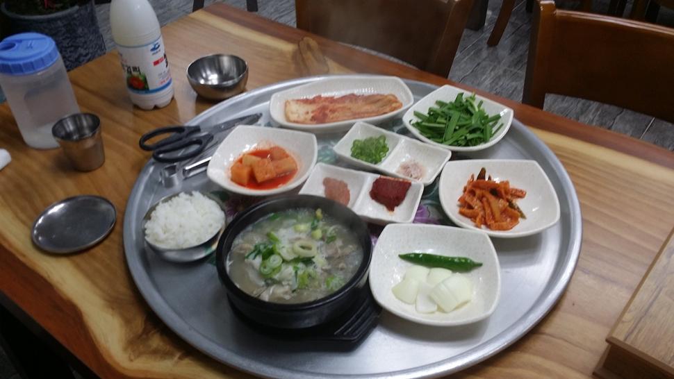 왕청국밥집의 돼지국밥 기본 상차림이다.