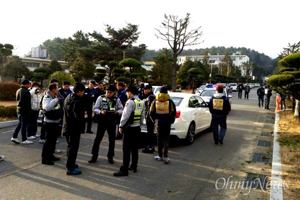 한국지엠 창원공장 사내하청업체는 24일 창원기계공고에서 신규 인력 채용을 위한 면접을 벌였다. 한 관계자의 음주운전 신고로 경찰이 출동하는 상황이 벌어졌다.