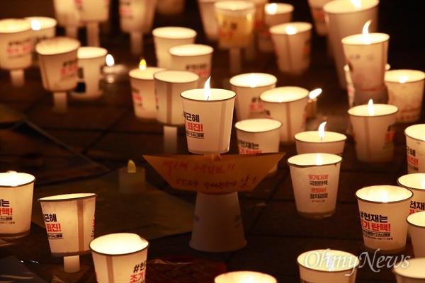 시민들 소망 담은 '촛불' 24일 오후 광화문광장에서 열린 '박근혜정권 즉각퇴진 9차 범국민행동'에 참석했던 시민들이 박근혜 탄핵과 세월호참사 희생자들을 추모하며 촛불을 모아두고 있다.