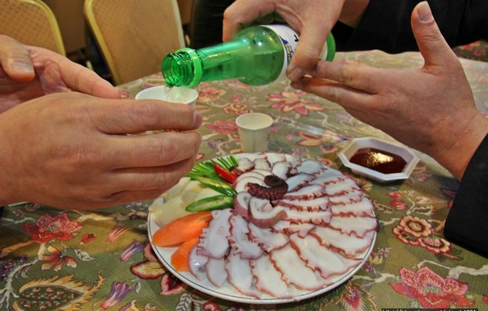 여행의 묘미는 역시 좋은 음식과 한잔 술이다. 한잔 술과 노래가 어우러지니 여행의 향취가 한껏 무르익어간다.