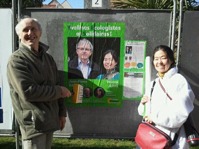 필립(좌)과 나(우) 필립이랑 몽테쏭까지 자전거로 4.5km를 달려 시청 앞 게시판에 녹색당 지역선거 후보 포스터를 붙인 뒤 해맑은 웃음을 짓고 있다.