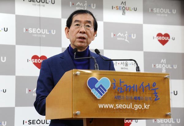 박원순 서울시장이 26일 오전 서울시청 기자실에서 2017년도 서울시 청년보장사업 계획에 대해 설명하고 있다.