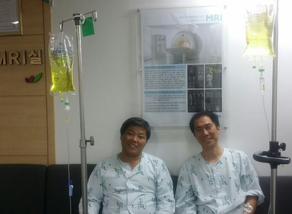 고공농성 해제 후 병원에서 검사를 기다리는 한규협(왼쪽), 최정명(오른쪽)씨