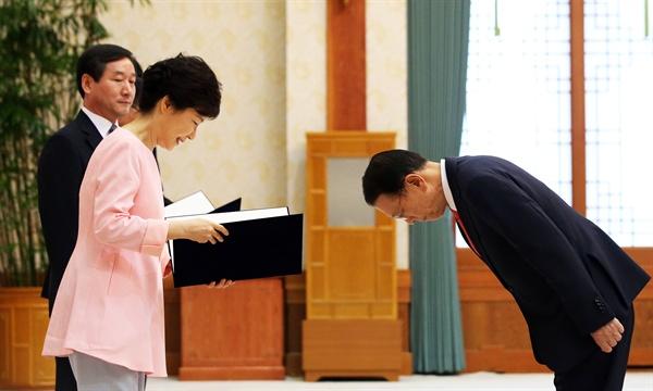 (서울=연합뉴스) 안정원 기자 = 2013년 비서실장으로 임명될 당시 김기춘이 박근혜 대통령에게 고개숙여 인사하고 있다.