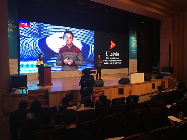 2015년 11월 서울 강남구 삼성동 코엑스에서 열린 2015 창조경제박람회 글로벌투자박람회에서 한 스타트업 대표가 자신의 사업모델을 소개하고 있다.