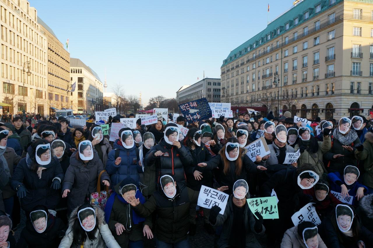 베를린 박근혜 1차 퇴진집회에서 시위 참여자들이 퍼포먼스를 하고 있는 모습