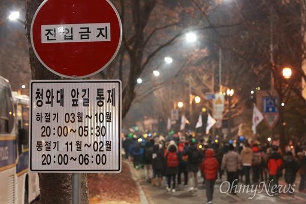 청와대 100미터앞까지 행진하는 촛불시민 31일 오후 광화문광장에서 열린 박근혜 즉각퇴진을 위한 '송박영신' 10차 범국민행동에 참여한 시민들이 동십자각을 지나 청와대 100미터앞까지 행진하고 있다.