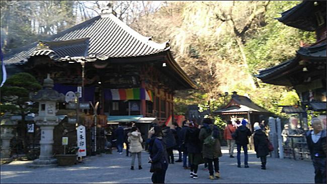 수택사1 1,300년의 역사를 자랑하는 수택사(미즈사와데라)의 본당은 규모는 그리 크지 않지만 새해맞이를 위해 찾은 이들이 제법 많았다.