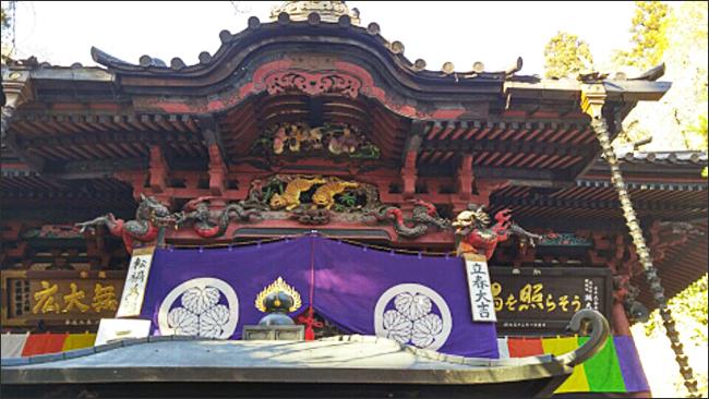 수택사2 본당 앞에 보라색 휘장은 이 절이 과거 도쿠가와 막부의 지원을 받았음을 말해주는 증표다