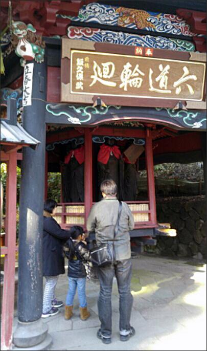 육각윤당 본당 옆의 육각윤당은 이 절에만 있는 독특한 곳으로 6명의 지장보살상이 있는데 이를 3번 돌리면 6도윤회에 떨어지지 않는다고 한다.