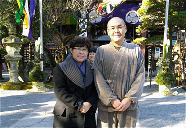 야마모토 도쿠메이 주지 스님 일본 절에서 가장 바쁜 12월 31일, 주지스님은 승복을 갖춰 입을 새도 없이 평상복으로 분주히 움직이고 있었는데 기자를 위해 본당 앞에서 자세를 취해주었다