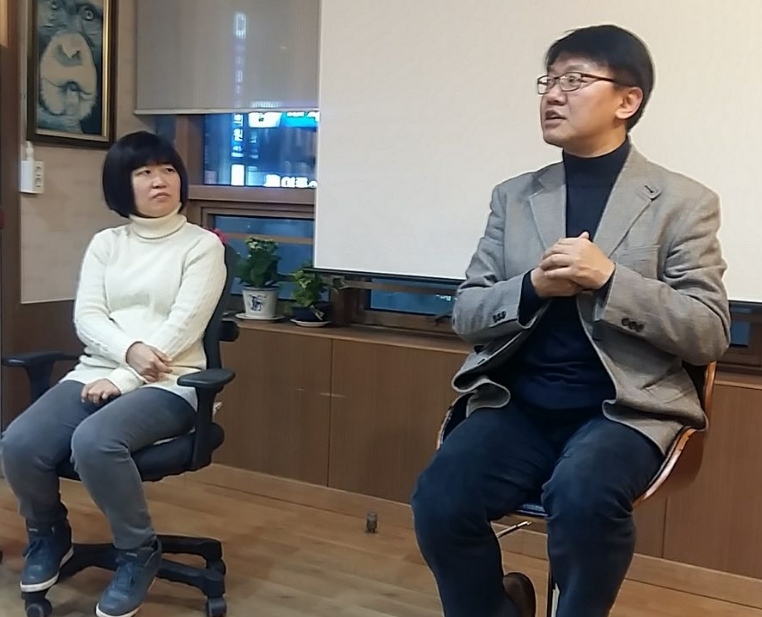 남해의봄날 정대표와 김태훈 저자의 책빵콘서트 중(사진 오른쪽이 저자)