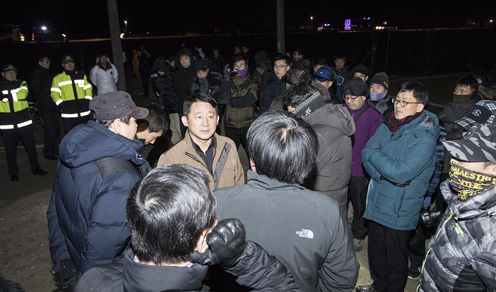 지난 달 30일 자정 서철모 천안시 부시장 등 약 50여 명의 공무원들이 경찰을 대동하고 천안시 광덕면 장 아무개씨의 산란계 농원에 들이닥쳐 농장 닭 700여 마리를 살처분했다.