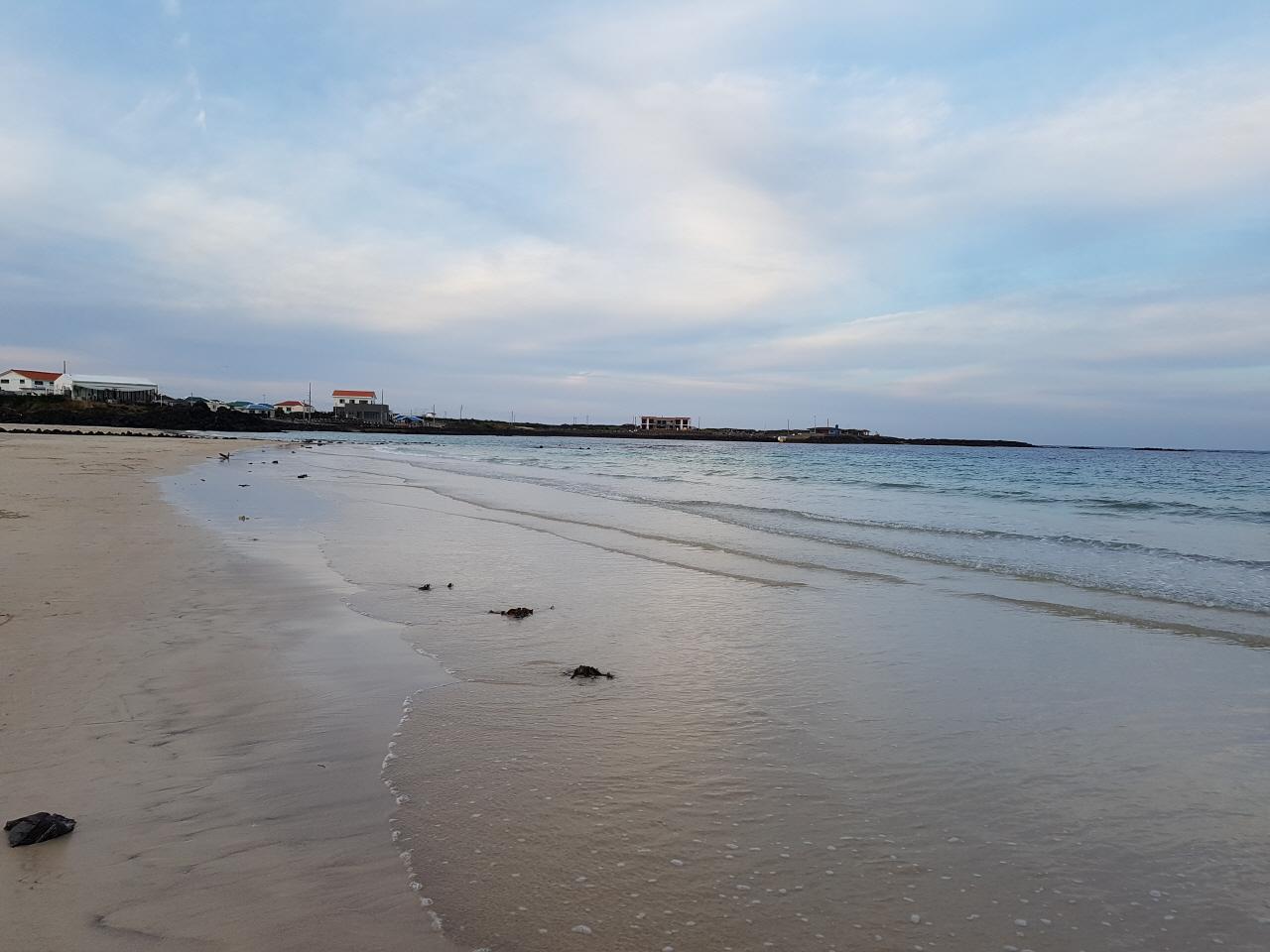 '서빈백사' '우도 8경' 중의 하나로서  산호모래 해수욕장이 아니라, 세계적으로 희귀한 '홍조단괴 해빈'으로 밝혀져 2004년 천연기념물 제 438호로 지정되었다.