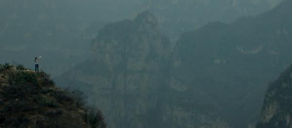 침묵하는 산을 깨우는 홍샤의 몸짓 벙어리인 홍샤는 세수대야와 쇠막대기를 두드리며 기존의 윤리관과 세계에 맞서고 있는지도 모른다.