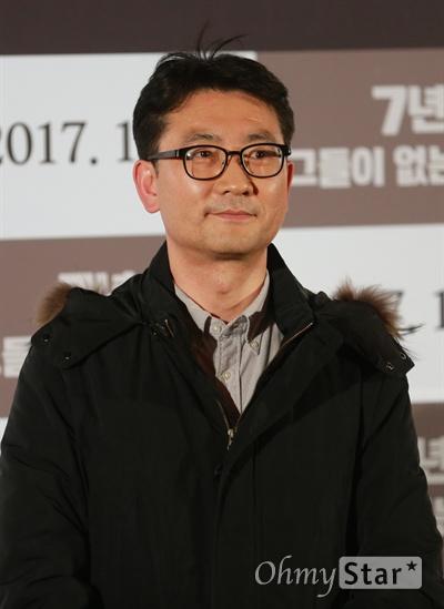 해직 언론인 현덕수 전 YTN 기자가 3일 오후 서울 성동구 왕십리 CGV에서 열린 영화 <7년-그들이 없는 언론> 시사회에 참석해 취재진을 향해 포즈를 취하고 있다.