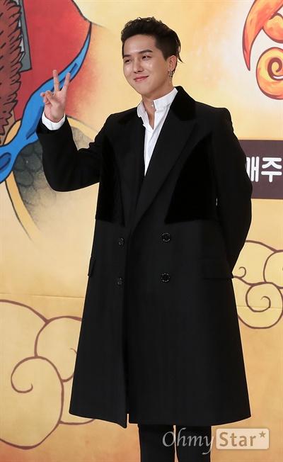 '신서유기3' 송민호, 새로 합류한 유일한 20대 멤버 4일 오전 서울 영등포의 한 웨딩홀에서 열린 tvN 예능 <신서유기3> 제작발표회에서 송민호가 포즈를 취하고 있다. <신서유기3>는 중국의 고전  '서유기'를 예능적으로 재해석한 리얼막장 모험활극으로 기존 멤버에 슈퍼주니어 규현과 위너의 송민호가 합류했다. 8일부터 매주 일요일 밤 9시 20분 방송.