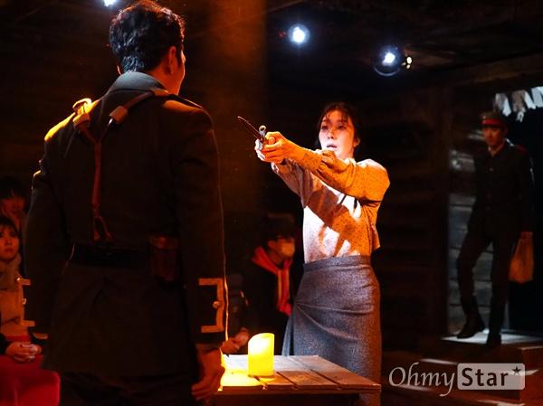 연극 <벙커 트릴로지> 중 '아가멤논' 공연 사진 지난 12월 13일, 서울 대학로 홍익대아트센터 소극장에서 진행된 연극 <벙커 트릴로지>의 프레스콜 사진. 총 3부작으로 구성된 <벙커 트릴로지>의 두 번째 작품은, 동명의 희랍 희곡을 원전으로 삼은 '아가멤논'이다. 제1차 세계대전이 한창이던 시기, 독일 저격수와 망명 온 영국 여자의 사랑은 비극으로 치닫는다. 이 비극은 누구의 탓인가.