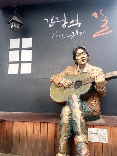 김광석 거리에서-1 대구 김광석 거리 입구에 설치된 그의 동상